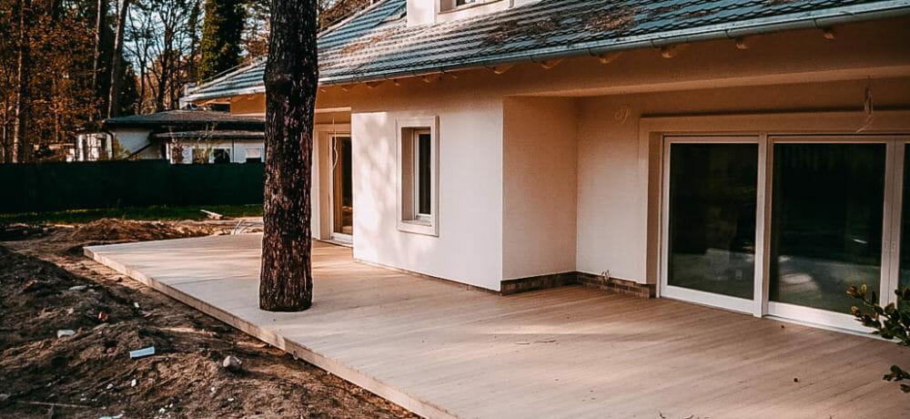 Budowanie domów z tarasem z drewna w szczecinie