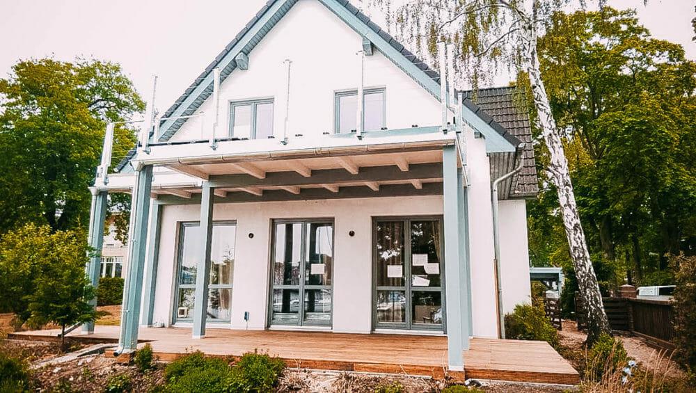 Budowanie domu jednorodzinnego z drewnianym tarasem w szczecinie