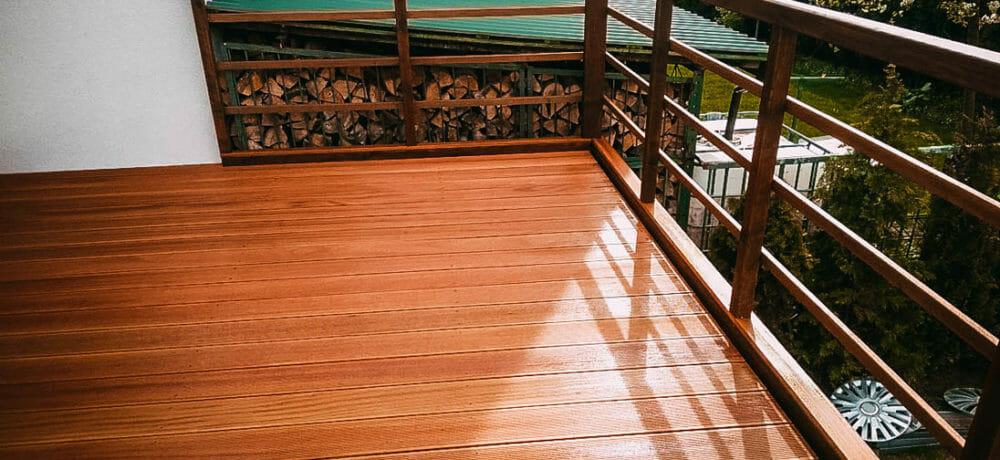 Taras z drewna europejskiego z balustradami w szczecinie